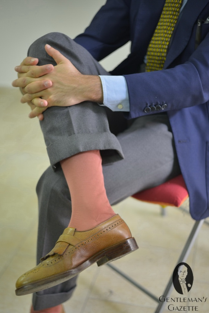 Salmon-colored-over-the-calf-socks-with-cognac-shoes